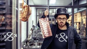"""Mitten in Berlin Kreuzberg hat Food-Aktivist Hendrik Haase gemeinsam mit Metzgermeister Jörg Förstera vor knapp einem Jahr die Metzgerei """"Kumpel & Keule"""" eröffnet. Der Ansatz ist radikal anders: Mit einem modernen Auftritt wollen sie dem Fleisch und dem Handwerk """"seine Würde zurückgeben""""."""