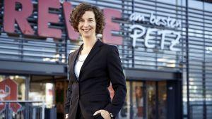 Maike Sanktjohanser, Geschäftsführerin Vertrieb und seit 2016 geschäftsführende Gesellschafterin von Rewe Petz, rollt peu à peu das neue Ladenkonzept in den 32 Filialen aus und forciert die Modernisierung der Händlermarke des Familienunternehmens.