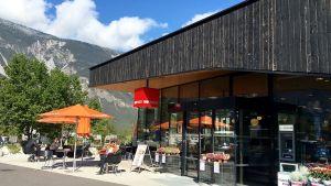 Seit Mai 2016 hat der vierte Passivhaus-Supermarkt von MPreis geöffnet, insgesamt betreibt das Familienunternehmen bislang sechs Märkte nach diesem Standard. Die schwarze Fassade in Öztal besteht aus verkohltem Holz, eine traditionelle Versiegelungsmethode.