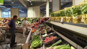 Die gut bestückte Obst- und Gemüseabteilung am Ladeneingang überzeugt. Auf 100 qm präsentiert Rewe Dornseifer dort eine gute Mischung aus regionalen und exotischen Produkten.