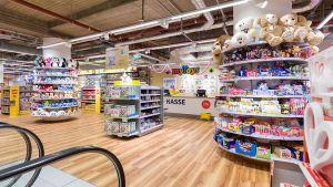 Mit hellen Holztönen, breiten Gängen, niedrigen Regalen und runden Formen setzt MyToys im aktuellen Konzept auf angenehme Einkaufsatmosphäre. Bei den stationären Wettbewerbern Toys 'R' Us oder Rofu geht es funktionaler zu.
