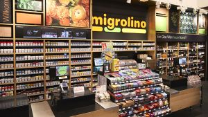 Dabei kann das Sortiment je nach Standort angepasst werden. Im Züricher Hauptbahnhof etwa werden zum Beispiel sowohl Tabakwaren als auch Alkoholika verkauft. Nicht zuletzt wird der Shop auch abends und vor allem am Wochenende frequentiert. Insgesamt betreibt Migros mittlerweile 308 Migrolino-Standorte, der Jahresumsatz 2016 beträgt 431 Mio. CHF. 2017 sollen 15 neue Shops dazukommen.