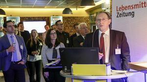Rainer Huber, Sprecher der Geschäftsführung Edeka Südwest, begrüßt die YBF-Gäste beim Meet & Greet im Scheck-In-Center in Achern. Dabei betont er die Bedeutung des LZ-Talentpools in der Branche - nicht zuletzt war er selbst vor 16 Jahren einmal YBF-Teilnehmer.