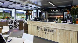 """Unter dem Namen """"Meine Weinwelt"""" bietet der Discounter dort während der Messe Prowein zwölf Weinsorten zur Verkostung an. Dazu gibt es Fachberatung anwesender Winzer vor Ort."""