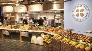 """Der Schweizer Warenhausbetreiber Manor geht beim Thema Convenience einen Schritt weiter. Am Bahnhof in Zürich-Oerlikon zeigt er auf nur 97 Quadratmetern unter dem Banner """"Manora fresh to go"""" eine Verschmelzung aus Gastronomie und Convenience. Der Standort ist seit Ende November 2016 geöffnet."""