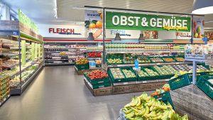 Spannend ist die Kontext-Platzierung von Obst- und Gemüse an der Stirnseite des Markts: Obst und Gemüse ergeben mit Fleisch, Fisch, Basic Food, Convenience und Gewürzen einen sinnvollen Zusammenhang. Gestalterisch sind die Frischeabteilungen denen der Vollsortimenter nahezu ebenbürtig.
