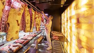 Die Reifestation ist für den Metzger begehbar. Wie das gesamte Rind- und Lammfleisch in der Theke stammen die Dry Aged-Stücke vom langjährigen Wasgau-Lieferanten Gut Weidehof in Mecklenburg-Vorpommern.