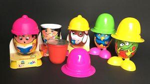 """Mit lustigen Gesellen lockt die polnische Molkereigenossenschaft Lowicz junge (Mit-)Einkäufer ans Kühlregal. Die Frischkäsebecher sind nochmals umhüllt von Figurbehältern mit unterschiedlich gestalteten Oberflächen. Alle Figuren tragen auffällige Hüte und Kappen. Sie eignen sich gut als Spielzeug, wenn das darin enthaltene Milchprodukt """"verputzt"""" ist."""