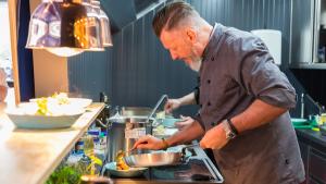 Für die Kreation der Menüs ist der TV- und Streetfood-Koch Robert Marx verantwortlich.