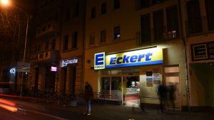 Edeka Eckert in Halle liegt im Paulusviertel und ist seit der Eröffnung 1997 zum Herzstück des Viertels geworden. Auf knapp 800 qm und mit rund 17.500 Artikeln versuchen Kaufmann Thomas Eckert und seine 50 Mitarbeiter in dem 24 Stunden geöffneten Laden die Einkaufswünsche ihrer Kunden zu erfüllen. LZ Digital dokumentiert einen Auszug aus einer Reportage in Bildern, die in der Ausgabe 18 der LZ erschienenen ist.