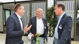 Torsten Stau (Rewe, l.), Firmenchef Alexander Fackelmann und Andreas Obenauer (Kaufland, r.) nutzen die Kommunikationspause für einen offenen Austausch.