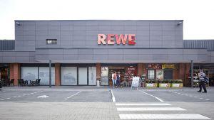 Rewe-Kaufman Hakan Özgüc ist mit seinem Vorzeigemarkt in Bremen eine kleine Attraktion. Seit Ende August 2016 zeigt er in einem ehemaligen Straßenbahndepot auf gut 2.000 qm, was einen guten Vollsortimenter ausmacht. Dabei überzeugt der aufstrebende Nachwuchskaufmann mit einer lokalen und individuellen Note.