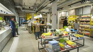 Der Store wurde um fast ein Drittel auf 380 qm vergrößert. Gegenüber vom Gastrobereich gibt es allerlei Maggi-Produkte und Kochzubehör. Hinten rechts schließt sich die Blogger-Station an. Hinter der Stirnwand geht's zur Eventküche.