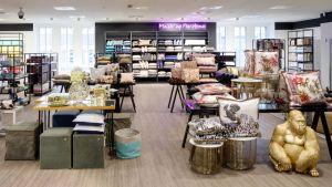 Der erste deutsche Store von Saks Off 5th hat Anfang Juni in Düsseldorf eröffnet und präsentiert auf einer Fläche von mehr als 3900 qm Premium- und Designerprodukte.