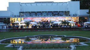 """Mehr als 500 Gäste aus Handel und Industrie treffen sich anlässlich der """"Supermarkt Stars 2017"""" bei hochsommerlichen Temperaturen im Frankfurter Palmengarten ein. Der Branchentreff findet dort mittlerweile zum vierten Mal statt."""