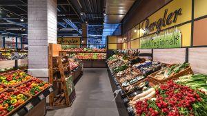 Im oberfränkischen Hof führt die Kaufmannsfamilie Bergler seit April 2017 einen zweiten Standort. Auf knapp 4.000 qm setzt das E-Center Akzente mit lokaler Ware und internationalen Spezialitäten. In der Obst- und Gemüseabteilung herrscht eine offene Markt-Atmosphäre, die die Frischekompetenz auf der Fläche unterstreichen soll.