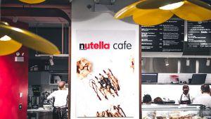 In der US-Metropole Chicago gibt es seit dem 31. Mai 2017 das erste Nutella-Café. Mit der eigenen Gastronomie betritt Ferrero Neuland: Es ist die erste, die dem Süßwarenkonzern gehört und die vom Unternehmen selbst betrieben wird. In dem Café mitten in der Innenstadt inszenieren die Macher die Marke modern und mit reichlich Retro-Charme.