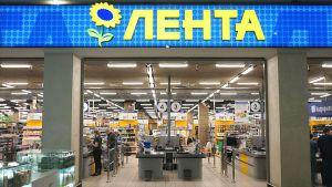 Im Moskauer Einkaufszentrum Mosaika betreibt Lenta auf 4.700 qm ein SB-Warenhaus. Der Händler punktet mit einer starken Kundenbindung, Niedrigpreisen und Kosteneffizienz. Er nutzt dazu konsequent Daten aus der eigenen Kundenkarte, über die nach eigenen Angaben sagenhafte 93 Prozent der Umsätze des Unternehmens laufen.