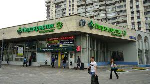 Neben dem erfolgreichen diskontierendem Nachbarschaftsformat Pjatjorotschka versucht der Handelsriese X5 mit zwei weiteren Vertriebsschienen in Russland zu punkten: dem Supermarkt Perekrjostok und dem SB-Warenhaus Karusjel. Der Supermarkt Perekrjostok zielt auf Durchschnitts- und Besserverdiener ab. Mit 555 Filialen trägt er rund 15 Prozent zum Gruppenumsatz bei.