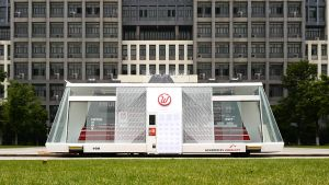 Der Moby Mart ist eine Art futuristischer LKW mit kleiner Shopfläche im Inneren. Er fährt selbständig mit Solarenergie und lässt sich rund um die Uhr per App bestellen. Entwickelt wurde das neue Liefermodell vom schwedischen Startup Wheelys, dessen Tech-Tochter Himalafy und der chinesischen Hefei University of Technology.