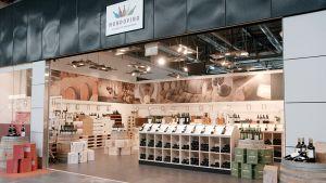 Auf 150 Quadratmetern bietet der Händler in klarem, hellem Design rund 200 ausgewählte Weine, Champagner und Spirituosen, vorwiegend im mittleren und gehobenen Preissegment.