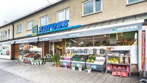 """Mit dem neuen Filialformat """"Xpress"""" will Edeka Südbayern die kleinsten der übernommenen Tengelmann-Märkte auf Vordermann bringen. Einer der ersten City-Filialen steht im Münchner Stadtteil Moosach. Mit nur 447 qm Verkaufsfläche unterscheidet sich der Auftritt bereits von außen merklich von der restlichen Edeka-Welt."""