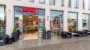 Der knapp 500 qm große Rewe-Markt von Carmen Pollner in München bietet auf kleiner Fläche viel Frische und ein gutes Sortiment. Der Standort spricht zwei Zielgruppen an: Supermarkt- und Café-Kunden. Ein Eingang führt in den Supermarkt, ein zweiter in das dazugehörige Back-Bistro.