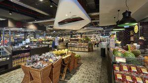 Seit Ende Juni 2017 betreibt der Rewe-Kaufmann Marcel Rahmati seinen zehnten Standort mitten in der Leverkusener Innenstadt. Auf 2.000 qm Verkaufsfläche legt der Händler einen klaren Schwerpunkt auf Convenience-Produkte und Frischwaren. Schon im Eingangsbereich hat er großen Wert darauf gelegt, Frische auf der Fläche zu inszenieren.