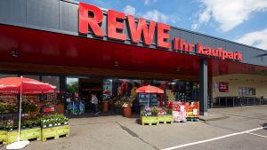 """Rewe Dortmund hat in Leichlingen einen von zwei ehemaligen NRW-Standorten von Kaiser's Tengelmann als """"Rewe – Ihr Kaufpark"""" integriert und modernisiert. Der neue Markt ersetzt einen früheren Kaufpark in der Nähe."""