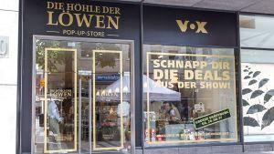 """Der TV-Sender Vox ist rechtzeitig zum Start der vierten Staffel seiner Gründer-Show """"Die Höhle der Löwen"""" unter die Händler gegangen. Seit Ende August gibt es auf 200 qm einen Pop-up-Store im DuMont-Carré in Köln."""