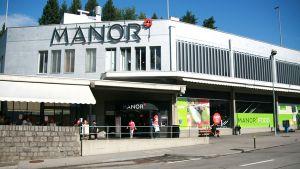 """Der Schweizer Warenhausbetreiber Manor inszeniert sich in seinen 32 Food Filialen als mediterraner Frischemarkt mit viel Convenience. Am komplett modernisierten Standort in Vezia im Schweizer Kanton Tessin will der Händler den Kunden """"mit allen Sinnen"""" ansprechen."""