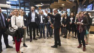 Wie stehen die Chancen des stationären Handels im Wettstreit mit der Online-Konkurrenz? Die Young Business Factory (YBF) der LZ besucht Anfang September 2017 das jüngste Flaggschiff des Edeka-Händlers Scheck in Mainz und sucht im anschließenden Workshop in Frankfurt nach weiteren Ansätzen.