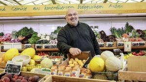 """Peter Brommenschenkel hat immer früh zentrale Food-Trends erkannt und für sich genutzt. 1988 startete er mit einem Reformhaus, dann folgte das Parfümerie-Konzept """"Pierre"""" mit mittlerweile 12 Standorten in der Region. 2001 eröffnete er den Bio-Supermarkt Biogate auf 700 qm in der Trierer Innenstadt. Mosel-Weinkönig Günther Reh stellt Räumlichkeiten zur Verfügung und hilft dem Kaufmann beim Investieren."""