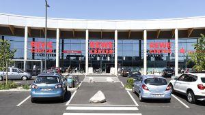 Seit Mitte Mai 2017 ist Rewe im hessischen Hanau mit einem Rewe-Center präsent. Die Großfläche ist das Herzstück des neuen Einkaufszentrums Rondo, das auf über 9.000 qm 15 Einzelhandelsgeschäfte und Gastronomiebetriebe beherbergt. Neben den Kölnern sind  auch Aldi-Süd, dm Drogeriemarkt, Deichmann und der Nonfood-Discounter Action in dem Nahversorgungszentrum vertreten.