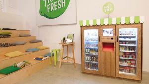 Der Kochboxen-Versender Hello Fresh testet derzeit stationäre Kühlautomaten mit Snackprodukten für Zwischendurch. Seit Kurzem sind die vernetzten Verkaufsmaschinen in Berlin im Einsatz, ab Anfang 2018 sollen sie dann in Hamburg, Frankfurt, Düsseldorf, Köln und München aufgestellt werden.