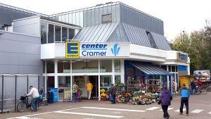 Ende März 2017 hat die Edeka Kaufmannsfamilie Cramer das E-Center an der Uetzer Straße in Burgdorf nach umfassenden Umbauarbeiten neu eröffnet. Statt zwei Etagen wird seitdem nur noch der ebenerdige Bereich als Verkaufsfläche genutzt  – mit einem klaren Fokus auf Lebensmittel und Nearfood-Artikel. Auf zahlreiche Nonfood-Sortimente wird verzichtet.