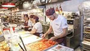 Sapori d'Italia – unter diesem klangvollen Namen hat Coop Schweiz Anfang November den neusten Konzeptstore eröffnet. Auf rund 200 qm Verkaufsfläche bietet der Händler eine Mischung aus Convenience-Store, Nahversorger und Gastronomiefläche. Als Standort haben die Schweizer den Bahnhof in Aarau für den Pilotmarkt ausgewählt.