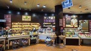 Links vom Eingang gibt es neben der Backtheke auch die kleine Café-Bar mit Kaffeespezialitäten und Snacks. Abgerechnet wird in dem neuen Service-Modul über eine eigene Kasse. Mittlerweile sind damit  26 von126 Alnatura-Märkten ausgestattet.