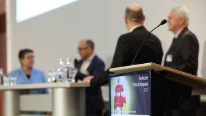 Der 12. Deutsche Fleischkongress lockt Ende November Branchenprofis aus Industrie und Handel nach Frankfurt. Auf dem Podium und im Plenum des renommierten Branchentreffs dominieren die nicht enden wollende Tierwohldebatte sowie der Margendruck in der Wurstindustrie die Gespräche.