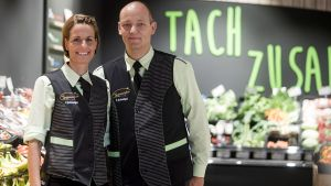 Der Edeka-Markt von Yvonne und Ralf Junkerkalefeld in Oelde ist ein Nahversorger mit Charakter. Gute Frischetheken, eigene Marktgastronomie, Kundenevents und witziges Eigenmarketing machen aus dem Supermarkt einen beliebten Anlaufpunkt.