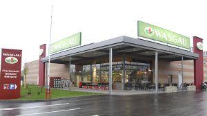 Im südpfälzischen Lustadt hat Wasgau einen neuen Standort eröffnet. Der 1300 qm große Frischemarkt zeigt exemplarisch, wie die Pfälzer Handelsorganisation ihr Pirmasenser Flagship-Konzept auf kleinere Flächen überträgt.