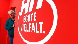 Hit-Kaufmann Jörg Pütz setzt gemeinsam mit seinem Bruder Dirk alles daran, seinen Verbrauchermarkt in Bad Honnef zum sozialen Treffpunkt für die Bewohner der Stadt zu machen. Dazu gehören freundliche Mitarbeiter, viel Frische-Convenience und verschiedene Gastroangebote.