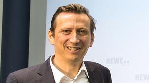 """""""Unsere Priorität sind Investitionen ins stationäre Geschäft."""" Lionel Souque, Vorstandsvorsitzender Rewe Group"""