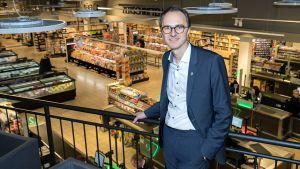 Die Lüning-Gruppe setzt bewusst auf den Gastro-Trend. In ihrem umgebauten Flaggschiff-Markt kombiniert das selbständige Edeka-Unternehmen zahlreiche Artikel für den Sofortverzehr mit einer einfachen Speisefläche. Geschäftsführer Philipp Rieländer will die Idee ausrollen.