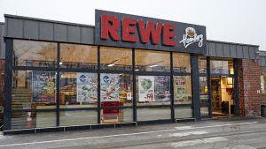 """Die Händlerfamilie Budnik-Homberg hat ihren umgebauten Markt im wohlhabenden Dortmunder Stadtteil Höchsten im vergangenen Oktober wieder eröffnet. Mit ihrer cleveren Mischung aus exklusiven Produkten und individuellen Akzenten kommt das selbst ernannte """"Gourmetparadies"""" bei den Kunden an."""