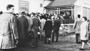 Großer Andrang am ersten Tag: Am 29. Januar 1968 eröffnet die Lidl & Schwarz AG in Backnang ihren ersten Verbrauchermarkt auf etwa 1000 qm - und muss zwischendurch immer wieder die Eingangstür verschließen, damit die Kunden Platz zum Einkaufen haben. Das Unternehmen ist damals schon mehr als 30 Jahre lang aktiv und hat sich vom Südfrüchte- und Kolonialwarenhändler zum Lebensmittelgroßhändler in Heilbronn entwickelt. Der neue Markt ist der Start ins Einzelhandelsgeschäft.