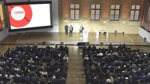 """Mehr als 300 Besucher nehmen an der ersten """"LZ Open""""-Veranstaltung in den Hallen der Telekom-Repräsentanz in Berlin teil. Bei dem Jahresauftakt-Summit erklären Top-Referenten aus Handel und Industrie an zwei Tagen, wie sie die """"Mission Digital"""" meistern."""