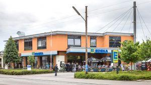 Seit Juli 2017 weht an der ehemaligen Tengelmann-Filiale im Münchner Stadtteil Moosach die blau-gelbe Edeka Flagge. Als einen von elf Standorten unterzog die Regionalgesellschaft den Markt einem Kompettumbau. Für die Umbauarbeiten blieb die Filiale 14 Tage lang geschlossen.