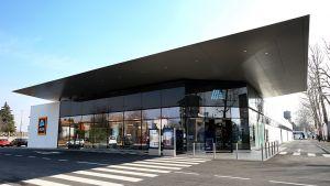 Demnächst eröffnen die ersten zehn Aldi-Märkte in Norditalien. Auf einer Verkaufsfläche von 1000 bis 1400 qm bietet Aldi Italia durchschnittlich 1900 Artikel an. Ein erster Blick in die neue Filiale von Castellanza nordwestlich von Mailand.