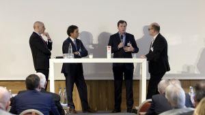 Heinrich Gropper, Christian Leeb (Salzburg Milch) und Ralf Hinrichs (Molkerei Ammerland) sprechen mit LZ-Moderator Dirk Lenders über die Differenzierung des Milchangebots (v.l.).